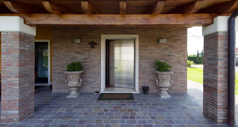 Casa sicura con una porta blindata